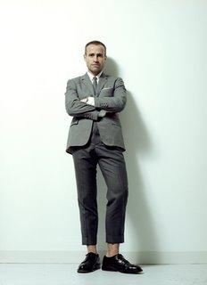 彼はニューヨークを拠点とする、ビジネスマンを対象にした衣料品ブランドを展開中のトム・ブラウンという40代のデザイナーである。トラディショナル・テイストを大切