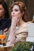【イタすぎるセレブ達】やはり溜息ものの美しさ…。アンジェリーナ・ジョリー新作『Tourist(原題)』パリ・ロケ開始。