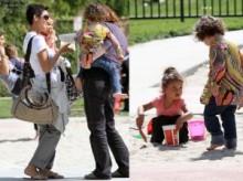 【イタすぎるセレブ達・番外編】ハル・ベリー愛娘ナーラちゃんと公園へ、ママ友だって作っちゃう。