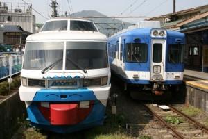 かつて5000系として京王線を走っていた富士急行1000系(右)。左もJR東日本からの譲渡車両(撮影:鈴木亮介・09年5月)