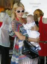【イタすぎるセレブ達】恋人と破局のパリス・ヒルトン、赤ちゃんを抱っこして「アタシも早くママになりたい。」