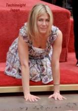 【イタすぎるセレブ達・番外編】J・アニストンがハリウッド・チャイニーズ・シアターで手型足型を刻印。