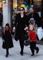 【イタすぎるセレブ達】アンジェリーナ・ジョリー、娘の6歳でピアスの穴あけに世間のママ達が批判。「ちょっと早すぎない?」