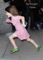 【イタすぎるセレブ達】スリ・クルーズちゃん初めて走る。パパラッチもその成長に「おおぉ! 」