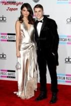【イタすぎるセレブ達】ジャスティン・ビーバー&セレーナ・ゴメスAMA授賞式でベッタリの最新写真。