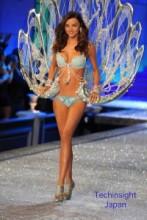 【イタすぎるセレブ達】ミランダ・カー、250万ドルの「お宝ブラ」着用でランウェイを歩く!
