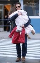 【イタすぎるセレブ達】スリ・クルーズちゃん、ジム通いもパパの抱っこで移動。こんなに大きくなったのに…。