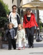 【イタすぎるセレブ達】アカデミー授賞式翌日のアンジーとブラピの母親、双子を連れてショッピング。