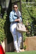 【イタすぎるセレブ達】かなりのオバサン化?ハイヒールを履かないキム・カーダシアンはこんな感じ。