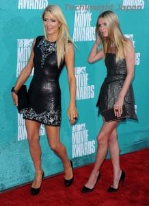 【イタすぎるセレブ達】モデルの仕事は無理? パリス&ニッキーのヒルトン姉妹、なぜか関節ギクシャクなレッドカーペット。