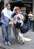 【イタすぎるセレブ達】ユマ・サーマン、生まれたばかりの女児を抱いてあわや転倒のアクシデント。