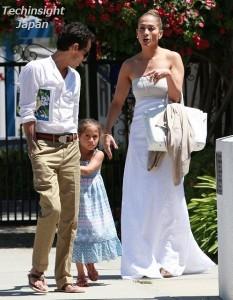 【イタすぎるセレブ達】ジェニロペ&マーク・アンソニー久しぶりの家族写真、娘はママを避けマークにべったり?