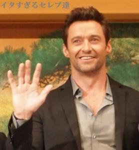 来日記者会見で笑顔で手を振るヒュー・ジャックマン