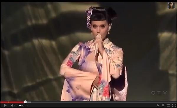 【イタすぎるセレブ達】ケイティ・ペリー、着物姿で新曲を披露したステージに「人種差別!」と批判の声。