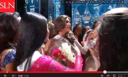 落ちたティアラをまた頭に載せる今年のミス・ユニバース優勝者。画像はYouTubeのスクリーンショット