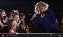 【イタすぎるセレブ達】ビヨンセ、コンサート中に盲目の少女と心温まるふれあいデュエット!<動画あり>