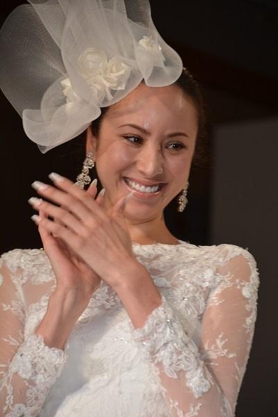 ウェディングドレスの魔法にかかって笑顔こぼれる道端アンジェリカ