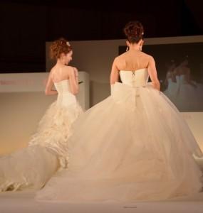 藤井リナと田中理恵。ウエディングドレスの後姿