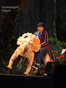 特製自転車に乗ってステージに登場した木梨憲武