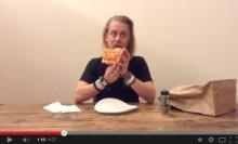 """【イタすぎるセレブ達】マコーレー・カルキン、""""ピザを食べる僕を見て""""と奇妙なビデオを公開。<動画あり>"""