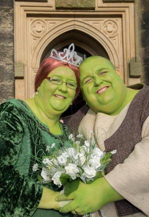 "【EU発!Breaking News】""シュレック""にそっくりカップルがコスプレ結婚式。ご祝儀は英国ガン研究所へ。"