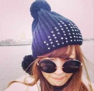 自由の女神をバックに寒そうな小嶋陽菜 (画像はinstagram.com/nyanchan22より)