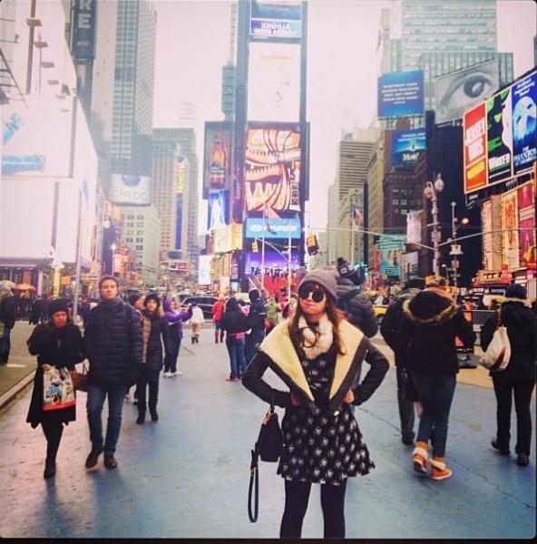 NYタイムズスクエアに立つ小嶋陽菜 (画像はinstagram.com/nyanchan22より)
