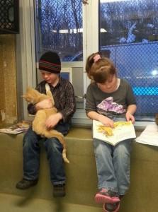 保護された猫には癒し。子供は読書力の向上。画像はfacebook.com/berksARLのスクリーンショット。