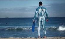 【豪州発!Breaking News】サメ除けに「白黒ストライプ、白青まだら模様のウェットスーツが効果的」との説。(豪)