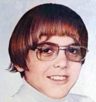 【イタすぎるセレブ達】このメガネのオタク風少年。大人になって超モテモテの熟年俳優に!