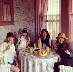 朝食を楽しむ篠田麻里子とマキ・コニクソンさん (画像はinstagram.com/makikoniksonより)