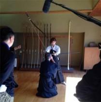 """【エンタがビタミン♪】大島麻衣が弓道に挑戦。""""貴重な袴姿のまいまい""""にカッコイイと反響。"""