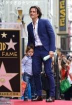 """【イタすぎるセレブ達】オーランド・ブルーム、息子連れで""""ハリウッド殿堂入り""""を喜ぶ。"""