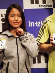 嬉しそうにネックレスを披露する高梨沙羅選手