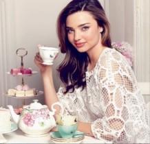 【イタすぎるセレブ達】ミランダ・カーがティーカップセットを発売。本人に会える特典付きで売り切れ必至?