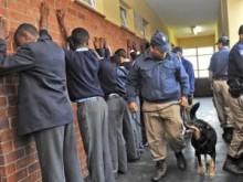 【アフリカ発!Breaking News】高校の持ち物検査に警察官が介入。校長の要請で。(南ア)