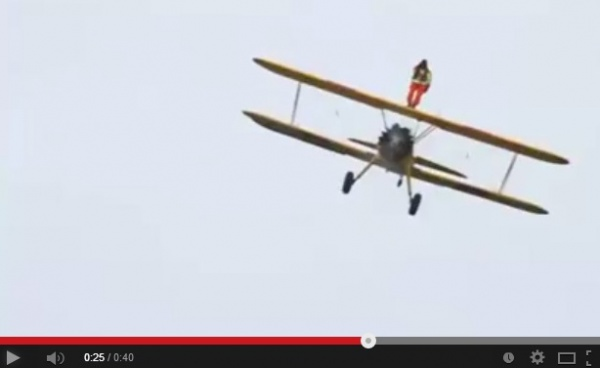 【EU発!Breaking News】空飛ぶ飛行機の翼の上に乗る「ウィング・ウォーキング」、94歳英男性また世界記録。<動画あり>