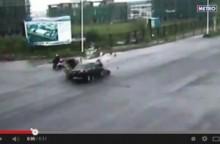 【アジア発!Breaking News】交差点での激しい衝突事故に目の前のバイクは…!? 奇跡の映像が中国で話題。