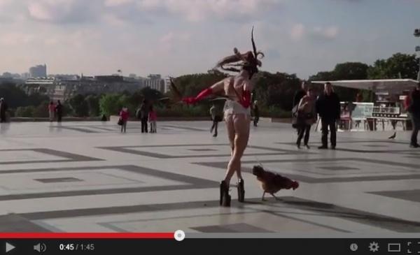 【EU発!Breaking News】陰部に紐をつけ、エッフェル塔前で雄鶏を散歩させたパフォーマンス・アーティスト。