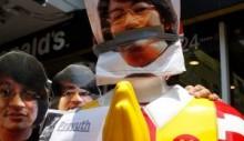 【アジア発!Breaking News】マクドナルド店舗を占拠したバンコクの反クーデター派。ロナルド人形の姿に米本部が激怒。