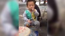 【アジア発!Breaking News】2歳児がスパスパ喫煙姿で客引き! 中国の露店の光景に世界が唖然。