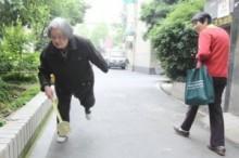 【アジア発!Breaking News】「ハエ叩きおばあちゃん」奮闘。町のために毎日1,000匹を退治して14年。(中国)