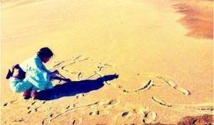 """【エンタがビタミン♪】吉高由里子が着物姿で砂浜に""""花子とアン""""と書く。朝ドラますます充実か。"""
