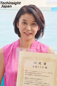 「2014年度シャチパフォーマンス公式認定曲」の認定書を授与された高嶋ちさ子