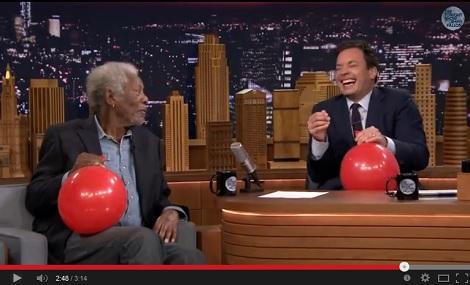 """【イタすぎるセレブ達】モーガン・フリーマンがヘリウムを吸って""""変声""""インタビュー。全米爆笑。<動画あり>"""