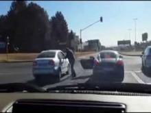 【アフリカ発!Breaking News】暴行現場を撮られたポルシェ運転手、YouTubeで注目されてしまい自首。(南ア)