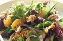 【アジア発!Breaking News】ウェイトレスがゴキブリを自分の口にポンッ! サラダに混入の苦情に「食べ物よ」。(中国)