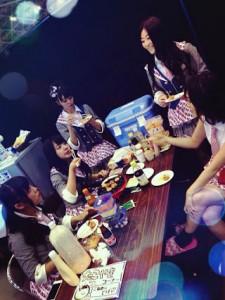 """""""たこ焼きおばちゃん""""に群がるNMB48メンバー(画像は『山本彩 Google+』のスクリーンショット)"""