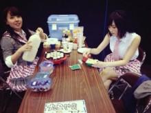 """【エンタがビタミン♪】NMB48握手会で休憩中に""""たこ焼きおばちゃん""""出現。群がるメンバーに「さすが関西人」と反響。"""
