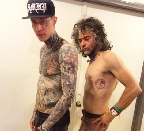 【イタすぎるセレブ達】マイリー・サイラス、脇腹に亡くなった愛犬のタトゥーを入れる。